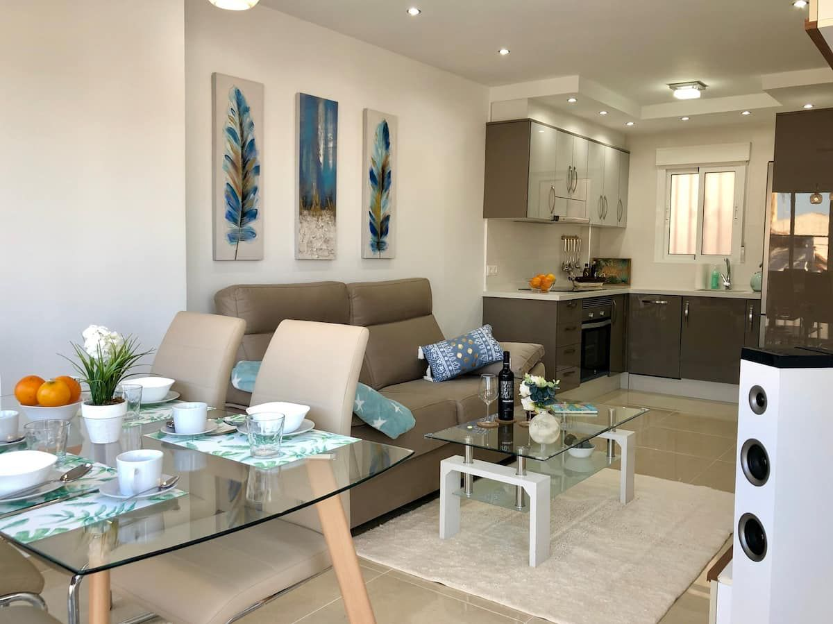 Beautiful & modern 1-bedroom holiday apartment with community pool, private parking and just a few meters from the beach in Torrevieja
